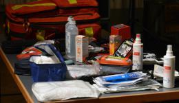 Auf einem Tisch ist das medizinische Equipment aufgebaut, welches in einem Rucksack verpackt die Basis für die medizinischen Camps bildet.