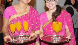 Christina und Katharina servieren, gemeinsam mit Caye, den Begrüßungstrunk - Mangoschorle