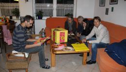 Michael, Maria, Alicy, Peter und Frank - es ist geschafft ;-)  500 Aufkleber verschönern die gelben Papiertaschen...