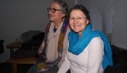 Elke (rechts), unsere Ansprechparterin vor Ort und Maria aus Bamberg. Vor Jahren startete Elke den Strickkreis mit einem Aufruf in der Zeitung.