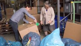 Und hier wird in der Halle der Firma Messingschlager in Kartons verpackt...