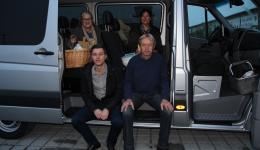 Oktober 2016: Im Kofferraum des Kleinbusses ist Wolle verstaut, welche Ingrid von lieben Spenderinnen eingesammelt hat.