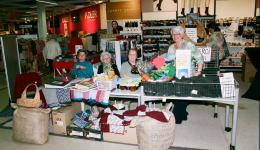 Luxemburg: In einem Einkaufszentrum stricken unsere Freundinnen Mützen und werben dabei für die gute Sache. Der Laden hat die Wolle gespendet ;-)