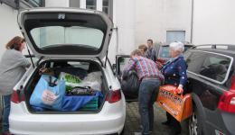 In Ettelbréck werden nach dem Vortrag noch viele, viele selbstgestrickte, bunte Mützen verladen...