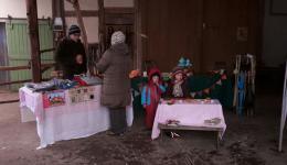 Auch Johanna und Maya helfen beim Sternchen-Verkaufen mit ;-)