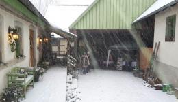 Trotz Schneesturm verkauften Heike, Gary, Maya und Johanna schöne Weihnachtsgeschenke zugunsten von friends help friends.