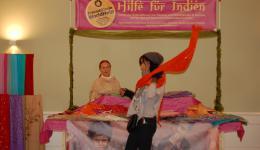 Unser mobiler Stand - schon auf Flohmärkten im Einsatz gewesen und heute mit einigen indischen Tüchern bestückt...