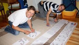 """Auf dem Foto oben seht ihr Michael und Frank vor 10 Tagen während der Arbeit am neuen Newsletter. 24 Seiten mit Text im ersten Groblayout, """"Bastelstunde für die Jungs"""" da die Fotos zugeordnet werden müssen."""