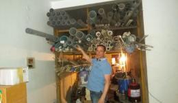 Guido beim Begutachten der Rohre für den zu bohrenden Tiefbrunnen.