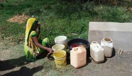 Oft müssen die Menschen weit laufen, um mit Gefäßen das Wasser fürs alltägliche Leben zu beschaffen.