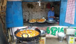 Ein Straßenstand mit Essen auf dem Weg zum Dorf.