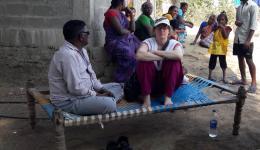 In der Regel ist während der Bohrung langes Warten angesagt. Auf dem Foto: Venu, unser indischer Helfer- Freund und Katrin.