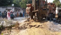 In Jammikunta wird der Brunnen, welcher einige Monate nach der letzten Bohrung unterirdisch kollabiert ist, nachgebohrt.