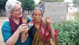 Diese Frau weint, als Ingrid sie begrüßt. Sie bedankt sich herzlich und zeigt ihre behinderten Hände.