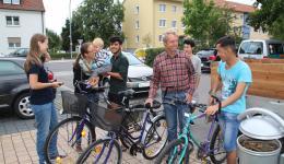 Übergabe der Fahrräder an die begeisterten Jugendlichen.