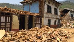 After the 2nd earthquake on May 12 when our team 1 was in Motihari whole areas are destroyed. Here a house in Charikot. Our trip to the mountain villages, where no help has yet arrived, will take another 2.5 hours.