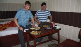Jürgen and Florian examining the Indian breakfast and enjoying it after the rigors of the last journey. They get parantha (pancakes stuffed with vegetables and potatoes), hot  beans and yogurt to make it milder.