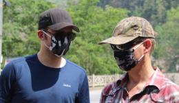 Here, many are wearing respirators as protection against the dust. The streets are unpaved and every waft of air is raising sand and dust. Florian and Jürgen in their new outfit ...