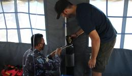 In parallel with the first receiving station Michael has already built another one.  The military was so kind to vacate a tent and put it at our disposal. Here we see Florian and a soldier installing an oxygen cylinder.