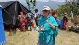 Katrin regularly supplies the team with tea and water, which is more than necessary in the heat ...