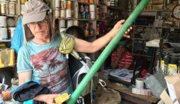 Im Rohrgeschäft… Alois beguchtachtet ein Muster bevor die richtige Qualität für die Wasserrohre ausgewählt und gekauft ist.