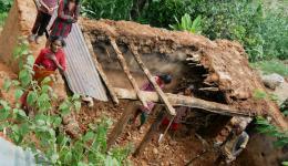 Durch die Regenfälle in der Monsunzeit stürzen Lehmhütten oft zusammen.