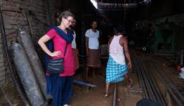 Katrin beim Einkauf für das Schuldach im Lepradorf Chauradano.