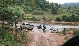 Unbefestigte Straßen und Furten durch die kleinen Flüsse.