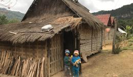 Einfache Behausungen, vornehmlich aus Holz und Bambus gebaut.