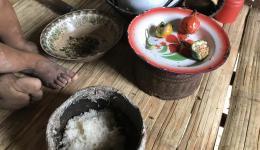 Die Mahlzeiten sind karg. Neben Reis werden Pilze, Kräuter und Früchte im Wald gesammelt.