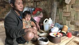 Obwohl der Vater zusammen mit seiner Frau als Tagelöhner arbeitet, reicht es oft nicht einmal um die ganze Familie satt zu machen.