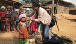 Keo verteilt Mützen an die Kleinen.