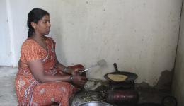 Zubereitung des Mittagessens in der Kolonie für die Besucher. Alexandra hatte am Abend vorher Geld für den Einkauf gegeben...