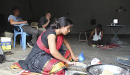 Auch Meena hilft mit und bereitet die Rotis vor.