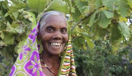 Eine der Dorfbewohnerinnen die mit zu der Stelle wo gebohrt wird gekommen ist.