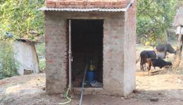 Über der Wasserpumpe des im November letzten Jahres gebohrten Brunnens in der Jagannath-Kolonie in Rourkela ist nun ein Pumpenhäuschen errichtet.
