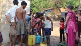 Sofort nach Einschalten der Pumpe des Brunnens kommen auch die benachbarten Bauern zum Befüllen ihrer Gefäße. Dies trägt zur Reduzierung des Stigmas der Leprabetroffenen bei.