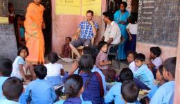 Saßen die Kinder beim letzten Aufenthalt im November noch getrennt von allen anderen im Inneren des Hofes der Schule, können wir nun zu unserer Freude feststellen, dass die Kinder gemischt mit den anderen Schulkindern zusammen sitzen und ...