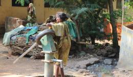 Die Bewohner der Kolonie sind ausreichend mit Wasser versorgt, die Bewohner teilen uns jedoch ihren Wunsch nach einer Toilettenanlage mit, da die Behinderten bisher für ihre Notdurft sehr weit über teilweise unwegsames Gelände gehen müssen.