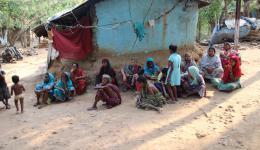 Bei einer Planungsbesprechung mit den Lepradorfbewohnern und einem benachbarten Maurer, der sich für die Arbeiten zur Verfügung stellt, sind auch Frauen und Kinder anwesend.