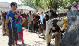 Während auch Michael das Plastikzelt des Blinden besucht, beschäftigt sich Christian im Hintergrund spielerisch mit den Kindern des Slums. Diese sind, wie auch die Kinder der vorangegangenen Kolonien, von ihren Bildern im Sucher der Kamera fasziniert.