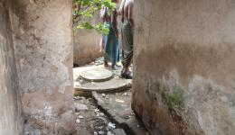 In der ebenfalls zum ersten mal besuchten 300-Einwohner-Leprakolonie Ram Krishna im Stadtgebiet von Bhubaneswar wird die Gruppe zu den großteils defekten Toiletten geführt.
