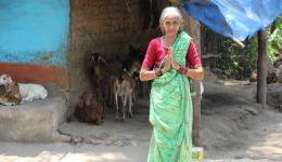 Die Bewohner des Dorfes drücken ihren Dank und ihre Ehrerbietung aus.
