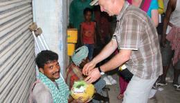 Auch dieser Behinderte erhält eine Ration Dal, Reis, Öl und Seife.