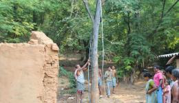 Als der Wasserstrahl schließlich mit großem Druck aus dem Rohrende schießt, das rum Test sogar 5 m über der Höhe des Wasserbasins gehalten wird, ist die Freude der Dorfbewohner übergroß.