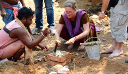 Katrin und Hans werden von den Bewohnern gebeten, die traditionelle religiöse Einweihungszeremonie (Pooja) zu vollziehen.