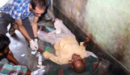 Der ältere Mann hat vor drei bis vier Monaten einen Schlaganfall erlitten. Michael diagnostiziert eine Lungenentzündung und verabreicht diesem eine Infusion mit Antibiotika.