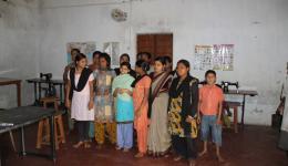 Die Nähausbildung der jungen Frauen der Radha Krishna-Kolonie macht sehr gute Fortschritte.