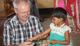 Hans verteilt Kreiden und Tafeln für die Schuleinsteiger...