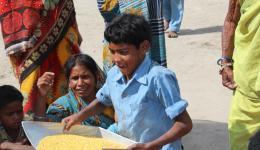 Oft holen die Kinder die Dal-Rationen für ihre durch Lepra behinderten Eltern ab.